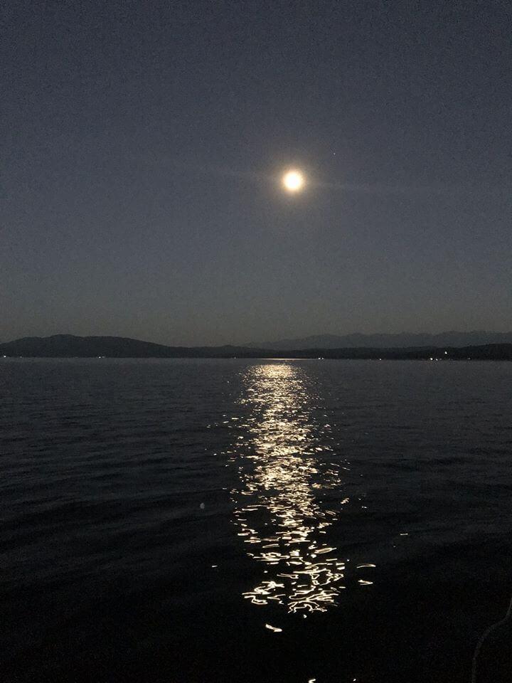 Снимка на лунната пътека над яз. Искър